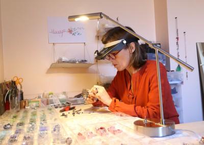 Véronique Rident dans l'atelier de bijouterie artisanale Hanaya, Valence (Drôme)