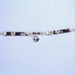 Très beau bracelet Hanaya en Liberty®, argent massif 925, croix ajourée en argent massif 925, perles en argent massif 925 et perles SWAROVSKI® ELEMENTS. Le Liberty® est un tissu anglais de très grande qualité. Je l'apprécie pour la finesse de son tissage et de ses impressions. Afin de le rendre résistant, je l'ai utilisé en biais triple épaisseur collé sur un ruban de satin. Il est monté sur des attaches en argent massif. Le tout est assemblé avec un fil en argent massif 925. Le fermoir du bracelet est en étain argenté.