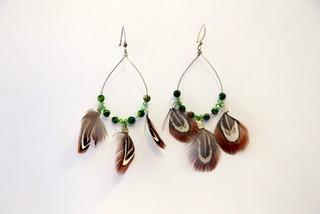 Boucles d'oreilles Hanaya Bijoux avec des plumes de faisan, des perles de cristal Swarovsli®Elements et argent, crées par Véronique Rident, créatrice à Valence (Drôme).