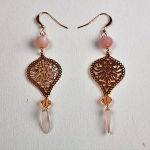 Boucles d'oreilles Hanaya bijoux pendantes très légères conçues par Véronique Rident, avec des perles Polaris et SWAROVSKI® ELEMENTS roses montées sur du métal or rose.