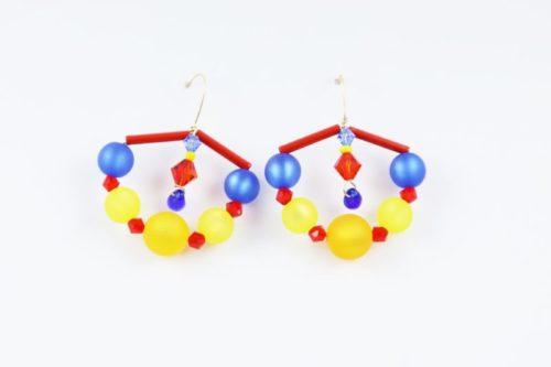 Ces très belles boucles d'oreilles jouent avec la douceur des couleurs mates des perles italiennes Polaris et de l'éclat incomparable des perles de cristal SWAROVSKI® ELEMENTS. Elles sont montées sur un fil doré 14k gold filled d'excellente qualité, fabriqué aux Etats-Unis. L'attache passant dans l'oreille a la forme d'un col de cygne.
