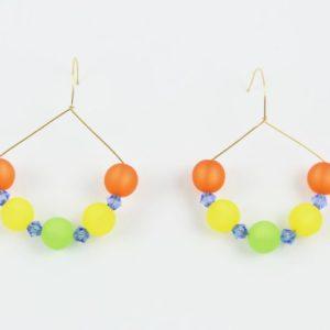 Ces très belles boucles d'oreilles jouent avec la douceur des couleurs mates des perles italiennes Polaris et de l'éclat incomparable des perles de cristalSWAROVSKI® ELEMENTS. Elles sont montées sur un fil doré 14k gold filled d'excellente qualité, fabriqué aux Etats-Unis. L'attache passant dans l'oreille a la forme d'un col de cygne. Les boucles d'oreilles ont presque la forme d'un cercle d'un diamètre de 3,5 cm, ce qui les rend très faciles à porter