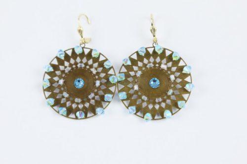 Boucles d'oreilles Hanaya- bijoux faites à la main avec des perles SWAROVSKI® ELEMENTS bleues ciel irisées,tissées sur une plaque de métal, attaches plaquées or.
