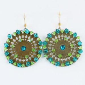 Boucles d'oreilles faites à la main en France avec des perles SWAROVSKI® ELEMENTS vertes et bleu-vert,tissées sur une plaque de métal, attaches plaquées or