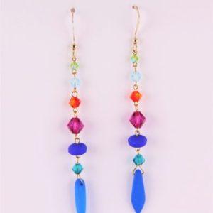 Boucles d'oreilles raffinées et uniques en perles SWAROVSKI® ELEMENTS et cristal de Bohême montées en une belle enfilade colorée. Les fermoirs sont en forme de col de cygne gold filled 14K.