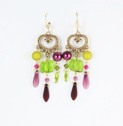 Boucles d'oreilles en perles Polaris, SWAROVSKI®ELEMENTS et cristal de Bohême, de couleur vert olive et violet améthyste, montées sur une pièce de métal.