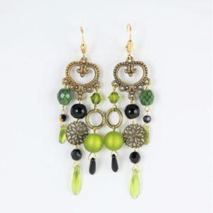 Boucles d'oreilles fantaisies en perles Polaris, SWAROVSKI®ELEMENTS et cristal de Bohême, de couleur vert olive et noire, montées sur une pièce de métal.