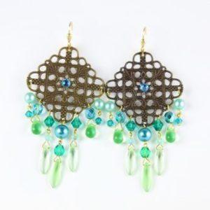 Boucles d'oreilles en perles SWAROVSKI® ELEMENTS et cristal de Bohême, dans les tons bleus et verts, montées sur une pièce de métal garanti sans nickel, plomb ni cadmium. Les fermoirs sont des dormeuses de vermeil (argent plaqué or) fabriquées en Autriche.