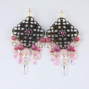 Boucles d'oreilles Eléonore en perles de quartz rose, SWAROVSKI® ELEMENTS et cristal de Bohême, dans les tons roses, sur une pièce de métal . Fermoirs en vermeil.