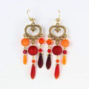 Boucles d'oreilles rouges et orangées en perles Polaris, SWAROVSKI®ELEMENTS, cristal ou magnésite sur coeur en métal. Les fermoirs sont en vermeil.