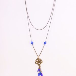 Collier sautoir constitué de deux chaînes de métal garanti sans nickel, plomb ni cadmium, de perles bleues de cristal de Bohême en forme de dagues et de perles italiennes Polaris. Hanaya bijoux