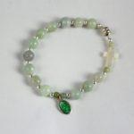 Bracelet dizainier Hanaya Bijoux, en pierre de jade et argent 925, croix en nacre et médaille miraculeuse en métal plaqué argent et résine verte.