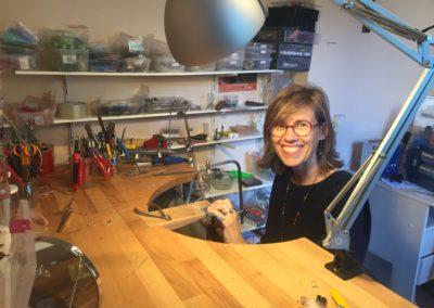 Hanaya Bijoux : Véronique Rident travaille à la cheville de son établi de bijoutier, dans son atelier de Valence, Drôme