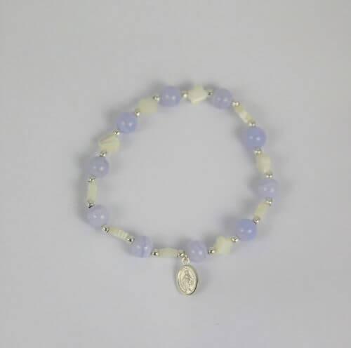 Bracelet dizainier calcédoine et nacre avec médaille miraculeuse en argent-Hanaya Bijoux créé par Véronique Rident, artisan bijoutier à Valence (Drôme).
