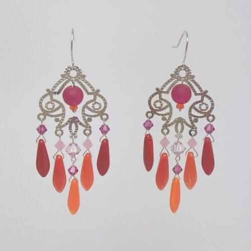 Boucles d'oreilles Hanaya Bijoux estampe argentée, dagues de cristal de Bohême rouges et perles Swarovski Elements montées sur fil d'argent 925 par Véronique Rident, créatrice à Valence (Drôme)